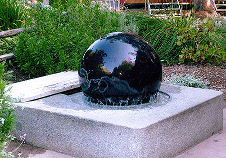 H-025 Kugle water fountain: the ball rotates freely on a thin sheet of water